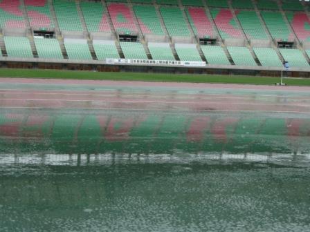 雨が降っている、長居スタジアム(長居陸上競技場)